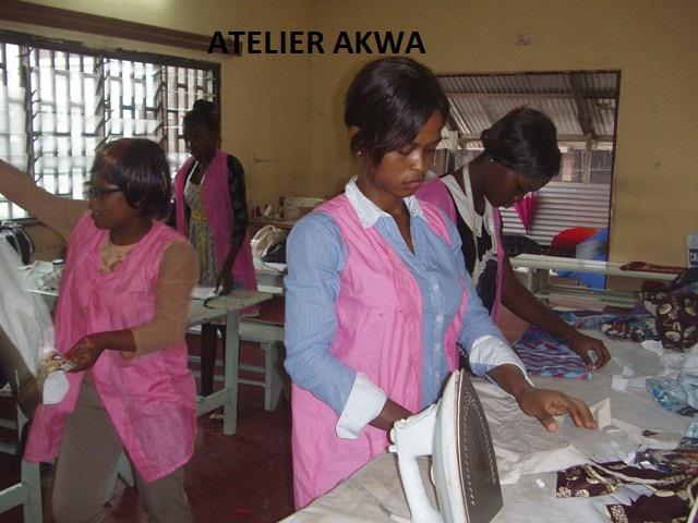 Schülerinnen der Schneiderwerkstatt bei der Arbeit