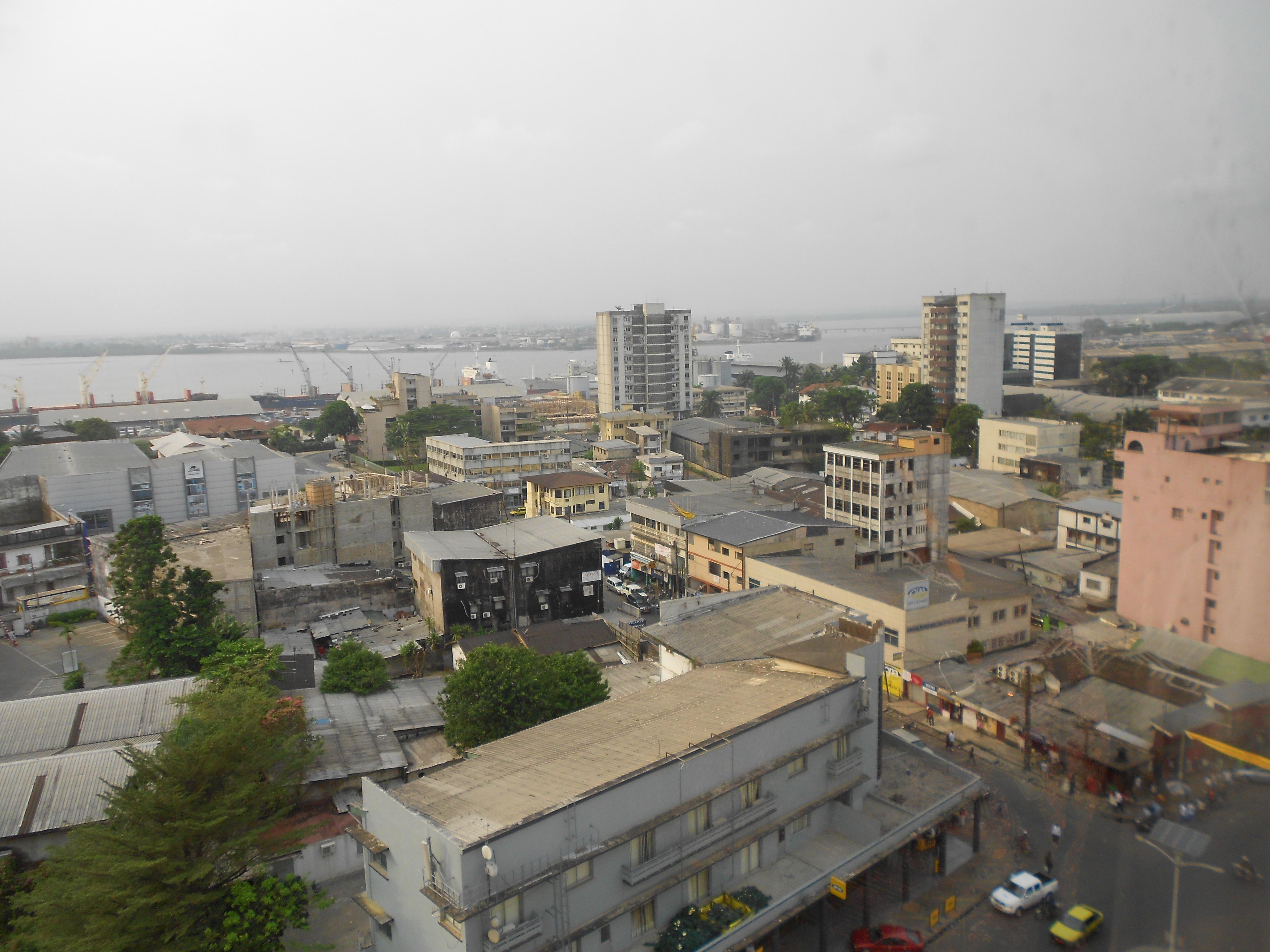 Blick auf die Innenstadt von Douala, im Hintergrund der Hafen