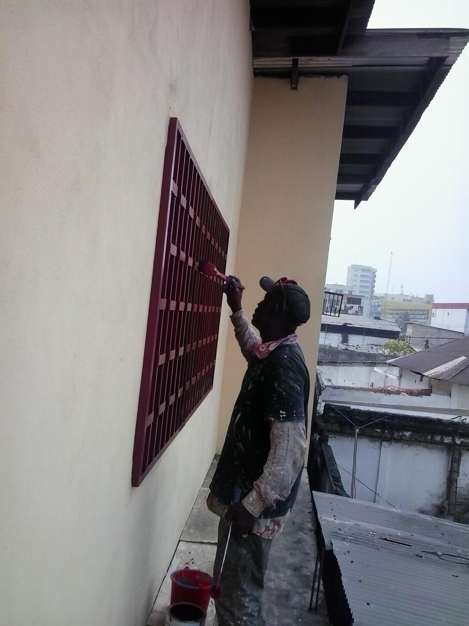 Die Fenstergitter der Schneiderwerkstatt werden neu gestrichen