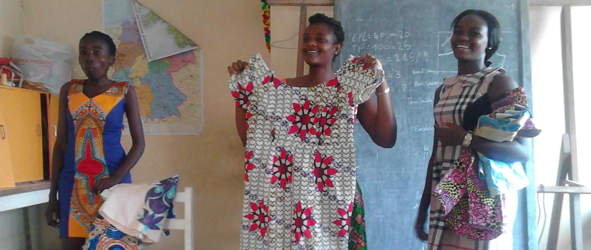 Mädchen präsentieren stolz ihre selbst genähten Kleider