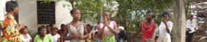 Mädchen im Hof des Sozialzentrums New Bell