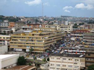Blick auf die Stadt, Markt zwische mehrstöckigen Häusern
