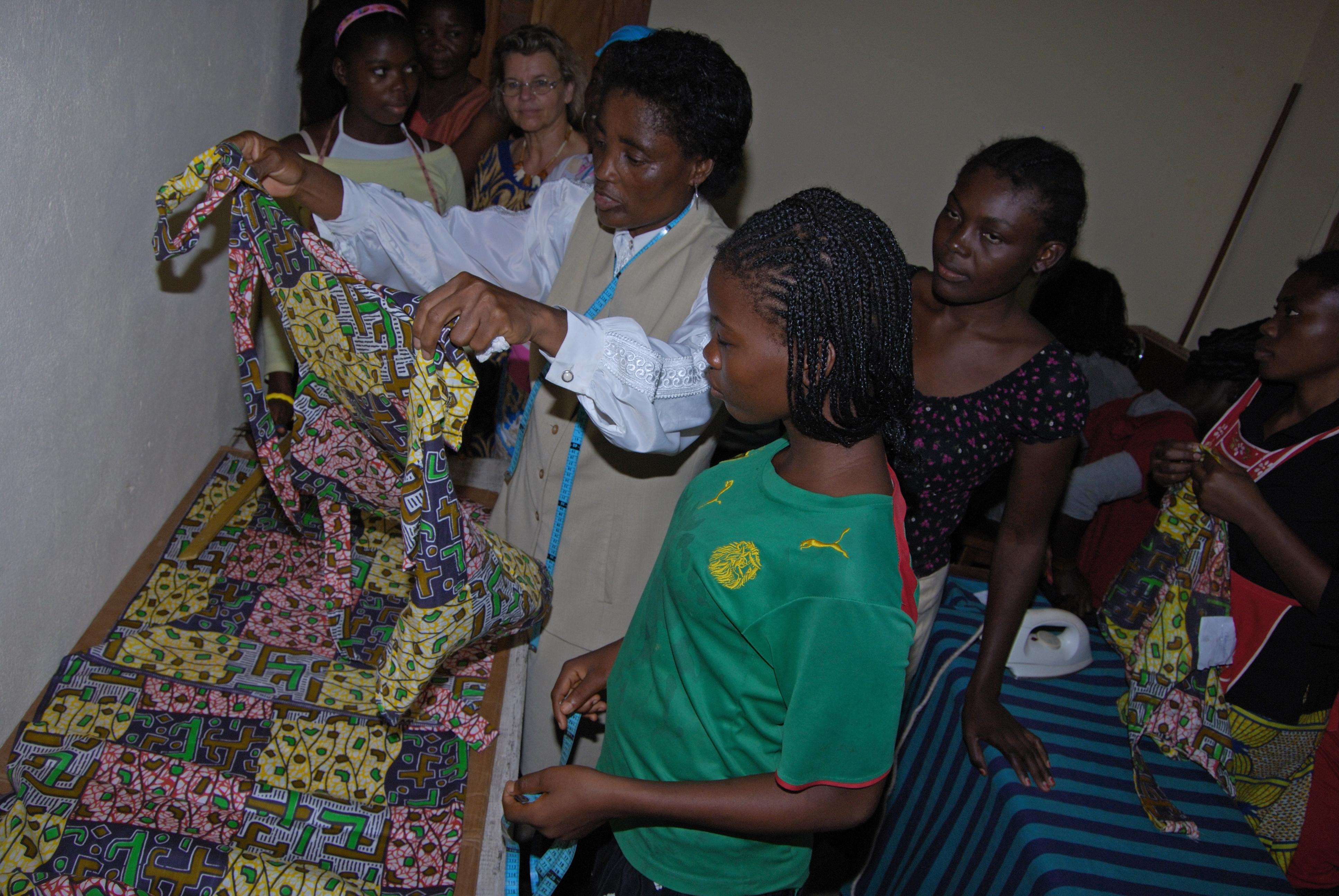 Mädchen beim Schneidern