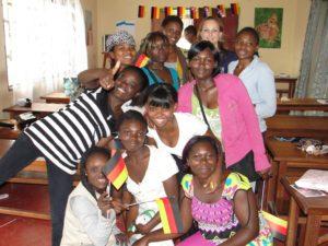 Mädchen mit Deutschland-Fähnchen aus Papier, mit Besuch aus Deutschland