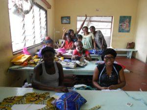 Mädchen in der Schneiderwerkstatt