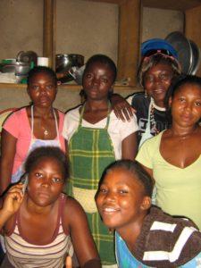Sechs Mädchen posieren in der Küche