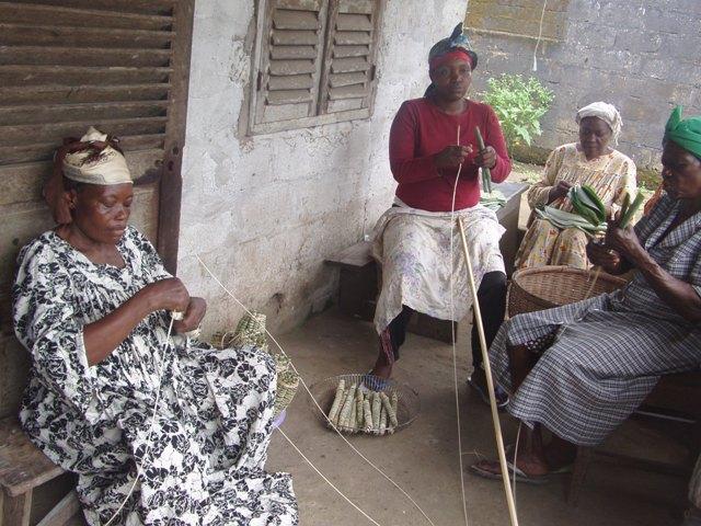 Frauen bei der Miondo-Herstellung