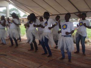 Mädchen mit HUPJEFI-T-Shirts tanzend auf der Bühne