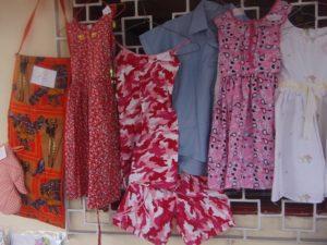 Von den Mädchen genähte Kleidung ausgestellt