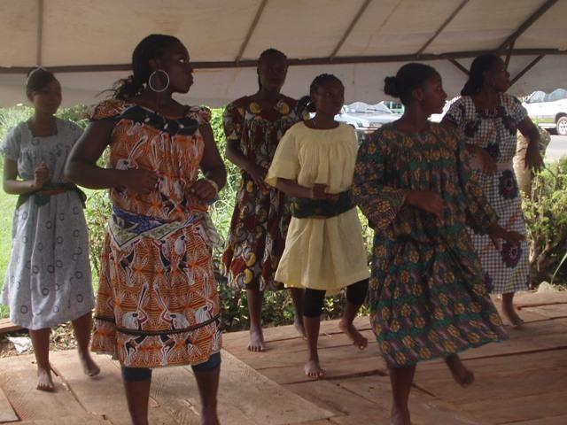 Tanzende Mädchen in selbstgeschneiderten Kleidern