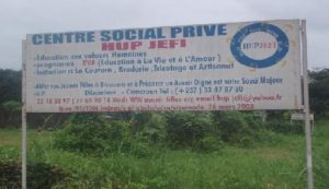 Schild am HUPJEFI-Zentrum Bomono