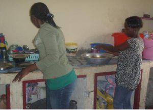 Mädchen arbeiten in der Küche