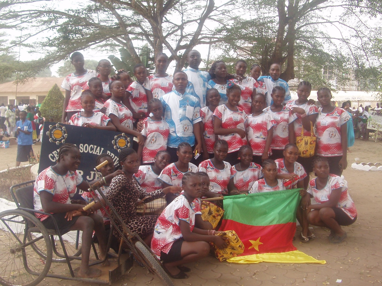 Mädchen und Mitarbeiter aus den HUPJEFI-Zentren beim Tag der Jugend